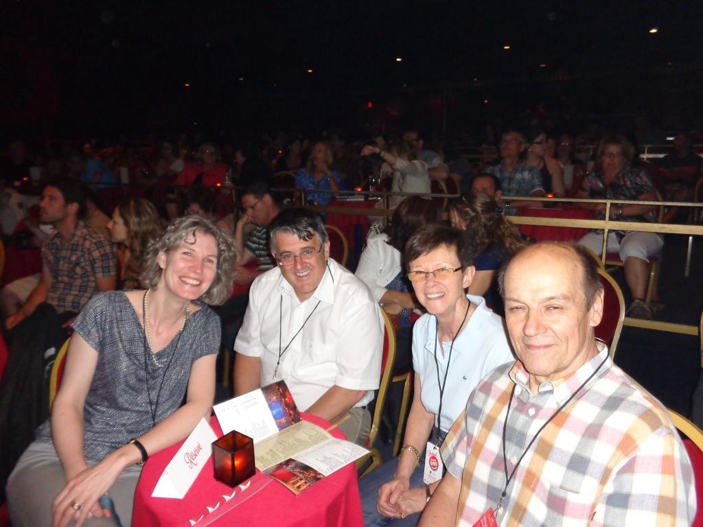 Brenda Andrès, le consul Beat Kaeser, Christiane Borgeat et Jean Barré sont prêts pour le spectacle.
