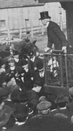 Laurier s'adressant à la foule.