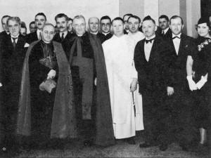 En 1938, lors de l'annonce de la fondation de l'école des sciences sociales (G.-H. Lévesque en blanc, au centre de la photo)