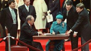 La reine Élisabeth II signe la loi qui rappatrie la constitution canadienne