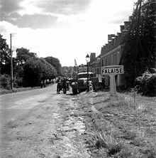 Soldats canadiens à l'entrée de la ville de Falaise