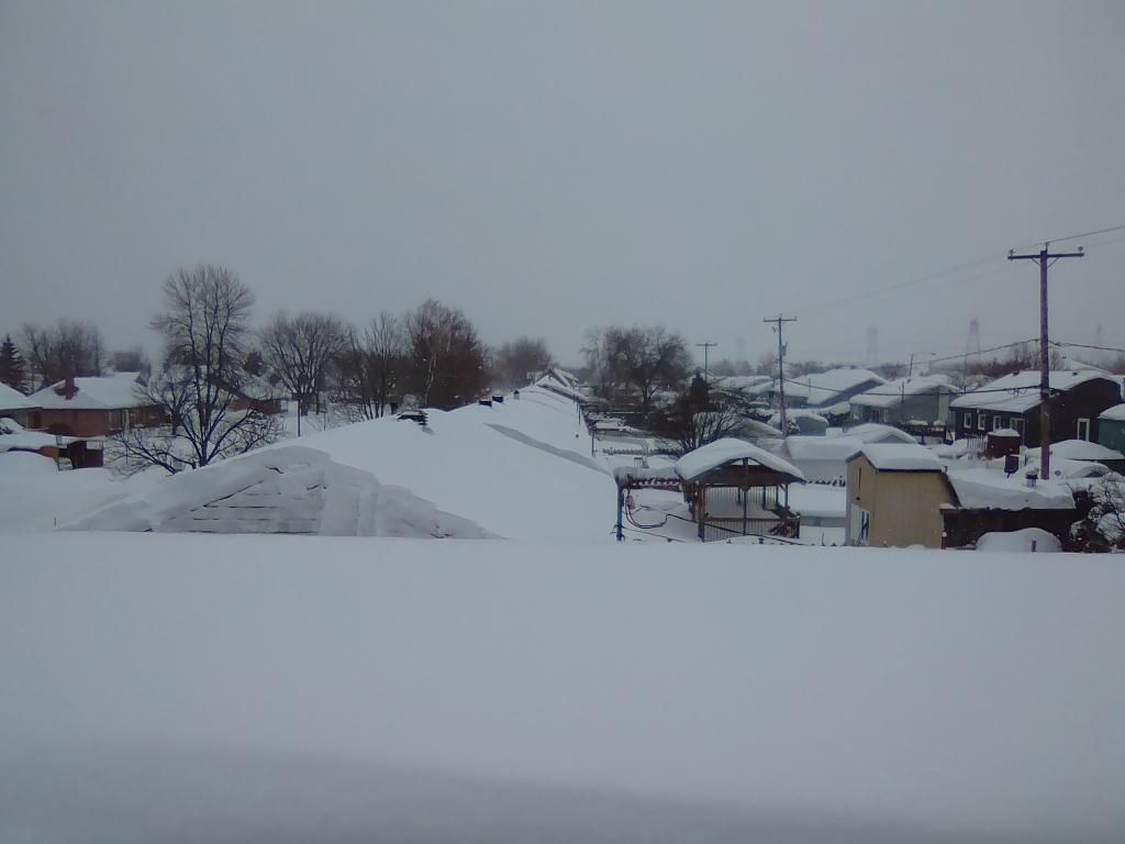 Les toits de Saint-Jean-Chrysostome sont beaux sous la neige.