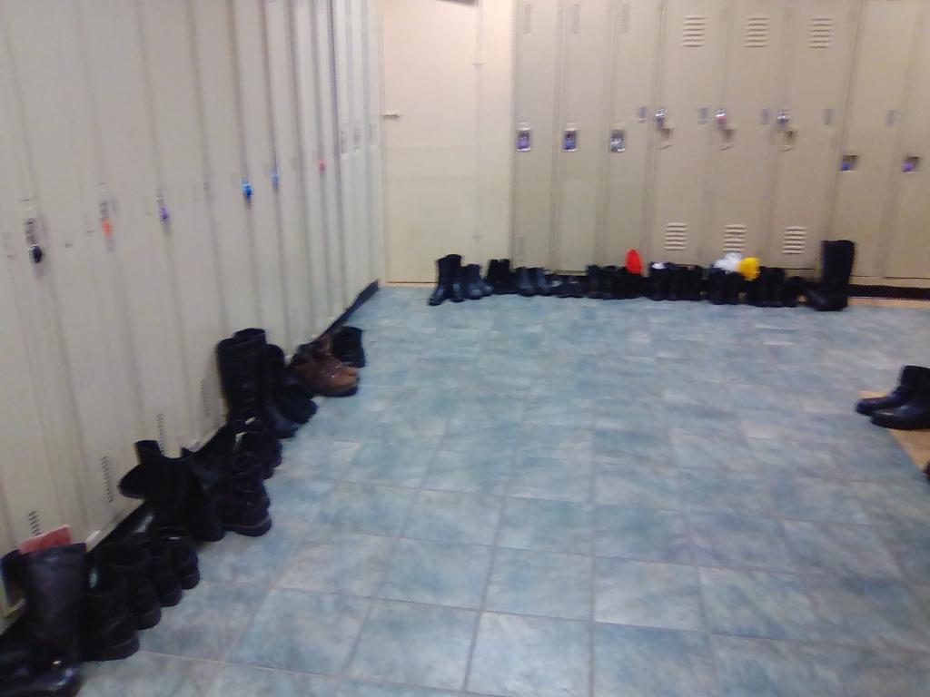 Les bottes sont bien alignées dans le vestiaire de la salle de banquet.