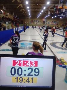 Le chronomètre a aussi son importance au curling.