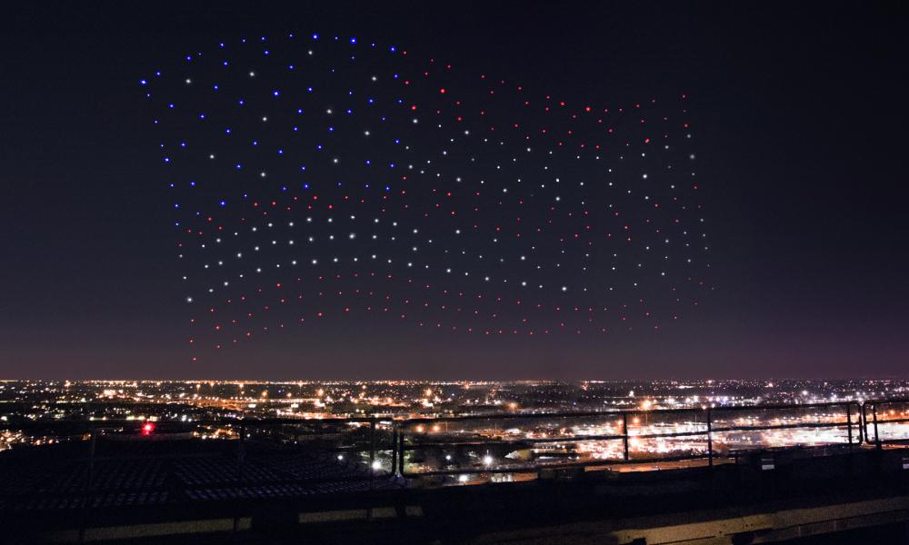 300 drones forment le drapeau américain dans le ciel de Houston.